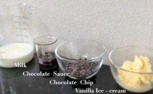 ミルク・チョコチップ・チョコソース・バニラアイス