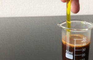 エスプレッソコーヒーを混ぜる